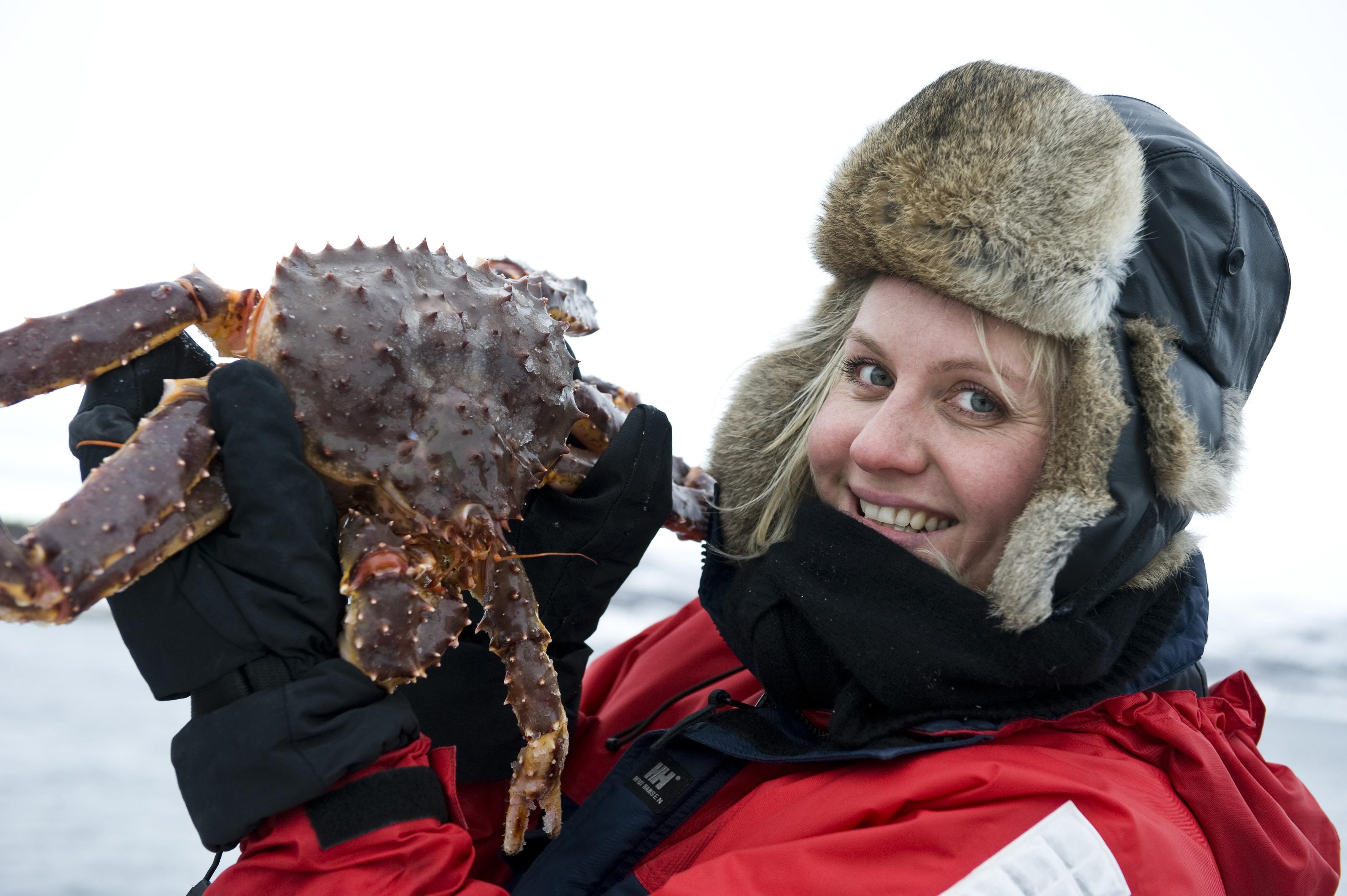 Girl-with-king-crab-Kirkenes-072009-99-0057.jpg