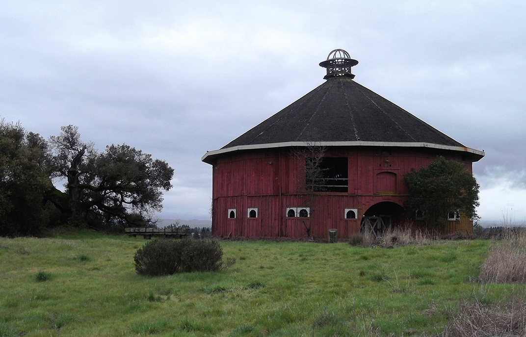 Fountaingrove_Round_Barn_-_Flickr_-_brewbooks.jpg