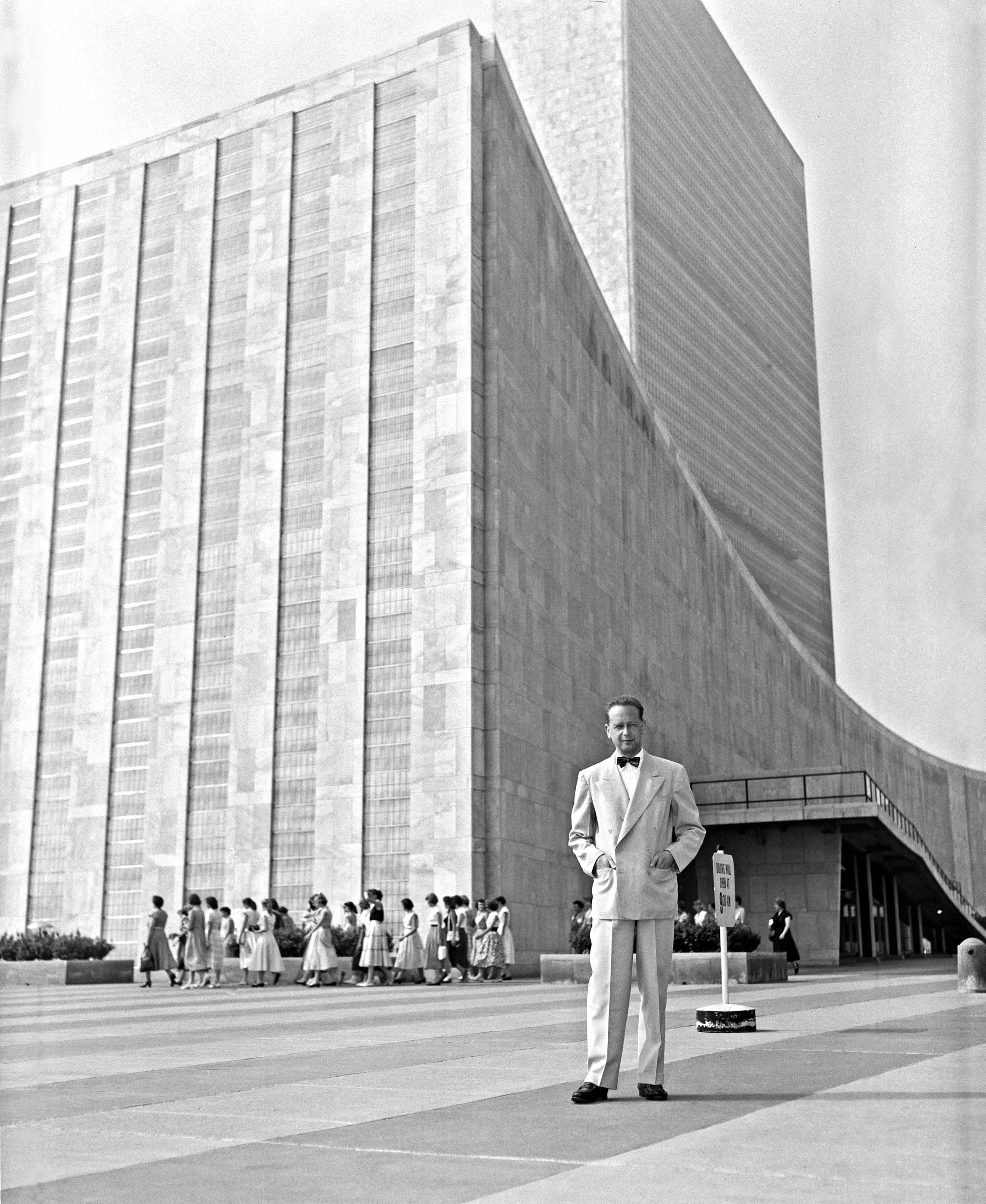 Dag_Hammarskjold_outside_the_UN_building.jpg
